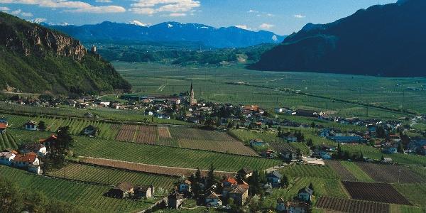 Blick von der Umgebung der Tschirgl Höfe hinunter nach Terlan.