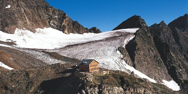 Die Zwickauerhütte steht hoch oben über dem Pfelderer Tal.