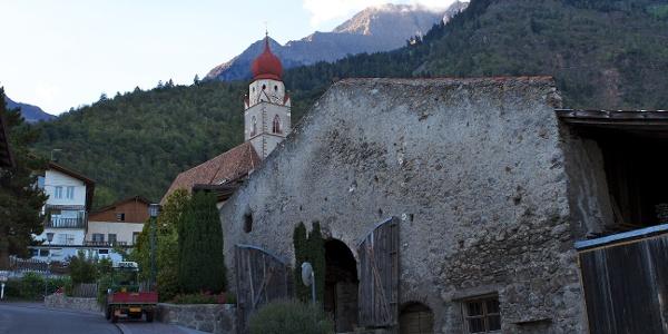 Startpunkt der Schutzhüttenwanderung ist der historische Dorfkern von Partschins.