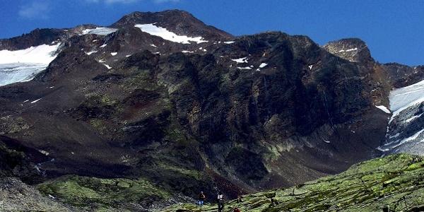 Der breite Bergaufbau des Lenkstein