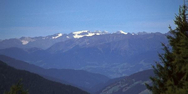 Fernblick zu den Stubaier Alpen vom Weg der Hirten in Sexten aus gesehen