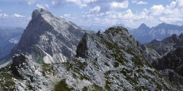 The high route Gütnther - Messner includes a crossing of thesmall Dolomitic Odle di Eores.