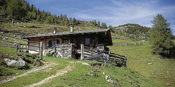 Die kleine Hillwallhütte auf dem Weg zur Getrumalm.