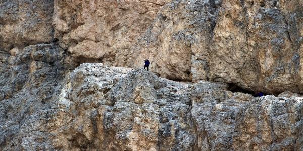 Das erste Felsband beim Aufstieg auf dem Klettersteig zum Kesselkogel