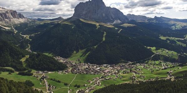 Immer dem sehr schön angelegten und gleichmäßig leicht ansteigenden Panoramaweg folgend erreicht man Wolkenstein.