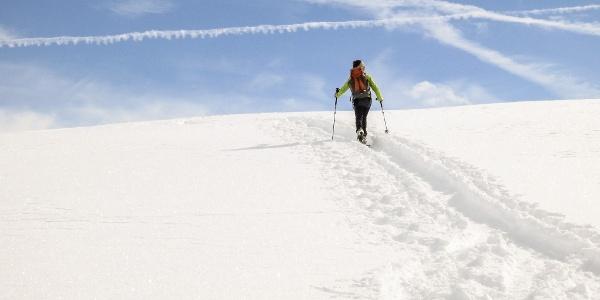 Auf dem fachen Gipfel der Soyspitz mit Steinmann und Gipfelbuch.