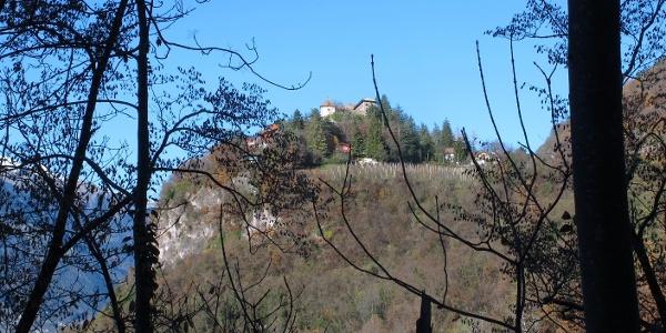 Blick hinauf zum Schloss Fragsburg bei Meran