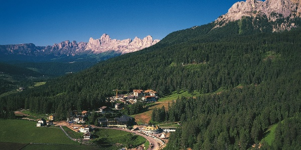 Von Obereggen führt die Mountainbiketour zur Laner-Alm unter dem Latemarmassiv