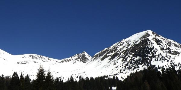 Der Kleine Kornigl und dahinter der Spitzner Kornigl – im Winter wie im Sommer beliebte Tourenziele am Deutschnonsberg.