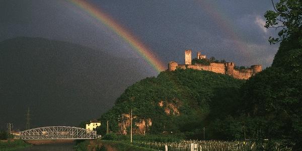 Schloss Sigmundskron bei Bozen, hier geht es auf dem Radweg Richtung Meran