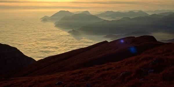 Vom Gipfel des Monte Altissimo geht der Blick über den Gardasee bis zum Südrand der Alpen