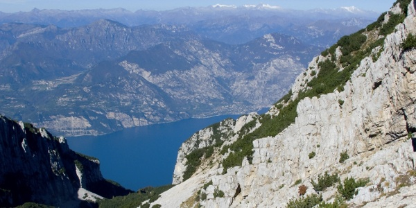 On your path to the peak, the lake will repeatedly be visible. From the western edge of the Monte Baldo you can see onto the Lake
