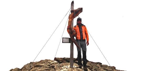 Der Künstler und sein Werk, Arnold Demetz vor dem Christus mit Ski auf der Cima Marmotta.