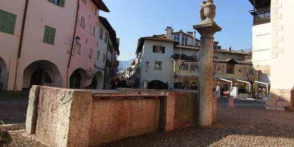Start- und Zielpunkt der Strecke ist am Dorfbrunnen von Neumarkt.