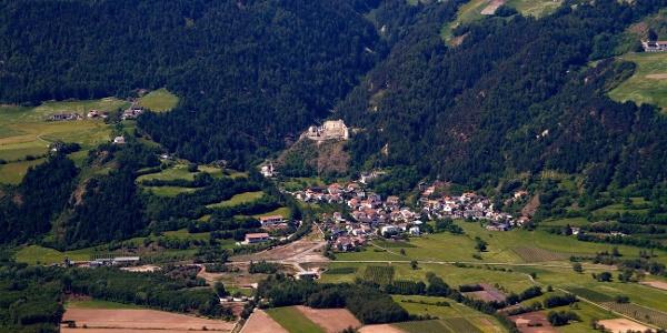 Das Dorf Lichtenberg unter der gleichnamigen Schlossruine. Beides sind Ziele dieser Familienwanderung.