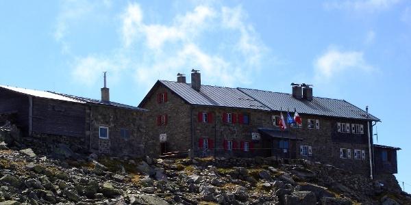 Von der Landshuter-Europahütte startet der Wanderer in den Tag der 2. Etappe.