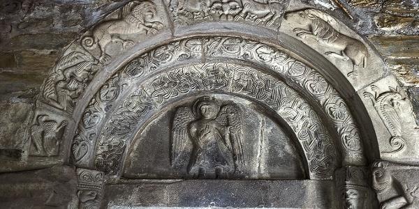 Der prachtvolle romanische Eingang zur Kapelle auf Schloss Tirol