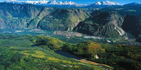 Kleiner und Großer Montiggler See im Überetsch mit Dolomiten im Hintergrund.