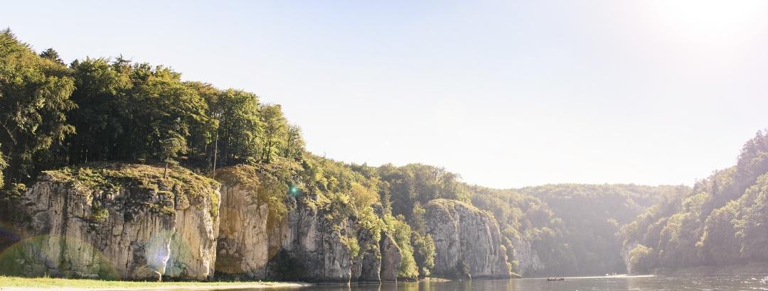 """Naturschutzgebiet """"Weltenburger Enge"""" mit dem Donaudurchbruch bei Kelheim"""