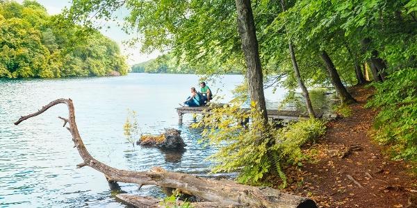 Wanderpause auf Steg am Schmalen Luzin in der Feldberger Seenlandschaft