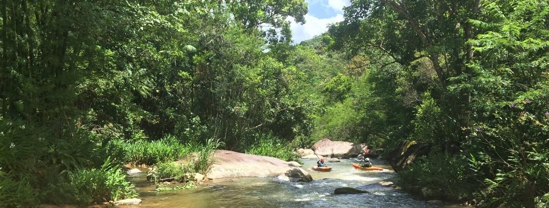 Andando de caiaque no Rio Cubatão em Águas Mornas, Santa Catarina - Brasil