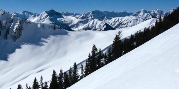 Ein Blick aus der Nachbarschaft (vom Rether Kopf) auf die Skihänge am Gröbner Hals