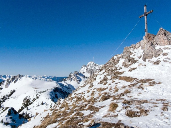 Gipfel erreicht und hinten grüßt der Wendelstein.