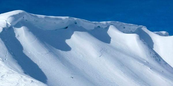 Man nähert sich den Wechten am Gipfelkamm mit großer Vorsicht.