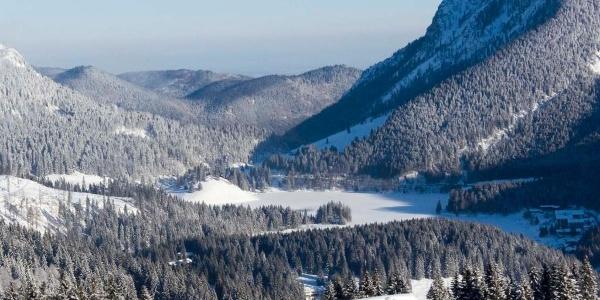 ... und unten im Tal ruht mehr oder weniger still der See.