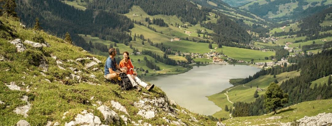 Blick auf Bergsee & Dorf Schwarzsee, Abschnitt auf dem Alpenpanoramaweg