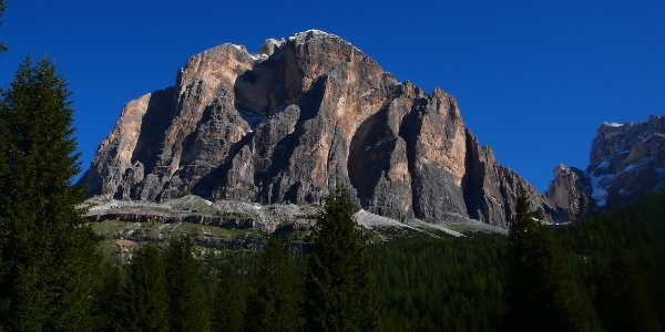 Tofana di Rozes, die 3 Pfeiler verlaufen rechts vom Gipfel