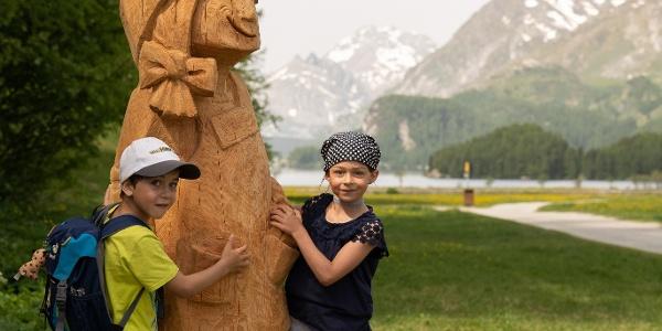 Holzfigur Gianna mit Kindern in der Silsersee Ebene