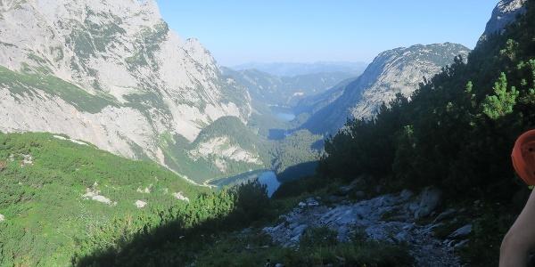 Der Aufstieg auf die Adamekhütte ist wunderschön, aber lang. Der Anstieg ist am vorderen Gosausee mit 4-5 Stunden angegeben: