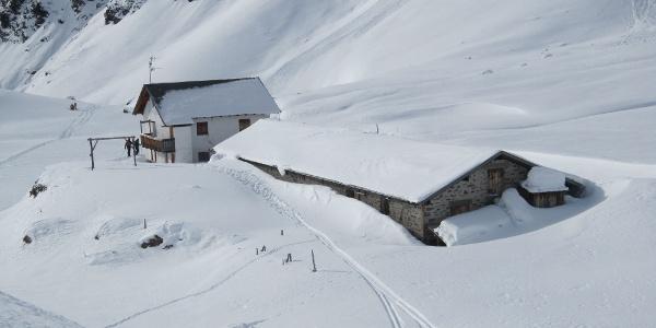 Die tief verschneite Timmelsalm