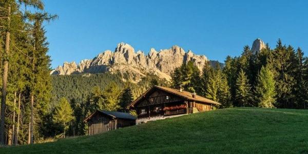 Das Almgasthaus Häusler Sam heißt euch im sagenumwobenen Reich der Dolomiten herzlich Willkommen