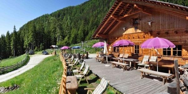 Vor der Messnerhütte geniessen die Gäste die Besten Sonnenplätze.