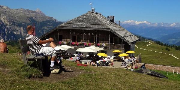Die traumhaft gelegene Pralongià Hütte oberhalb von Corvara in Alta Badia