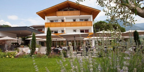 A Mediterranean flair and plenty of rest awaits guests at the Hotel Eichenhof in Tirolo.