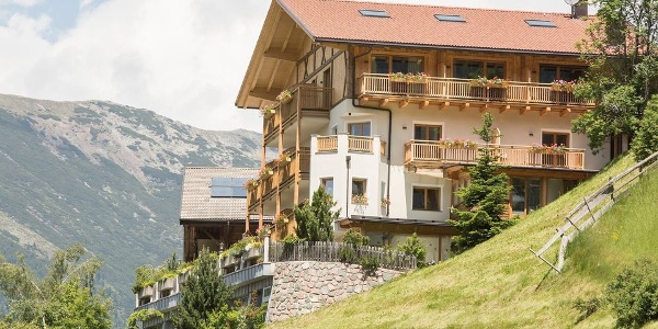 With stunning views, the hotel Hohenegg enchants its guests in Val Sarentino.