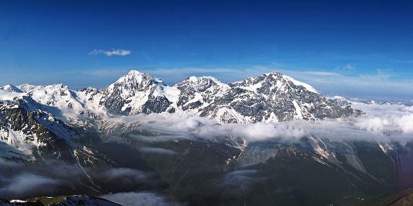 Panoramaaufnahme des Ortlergebietes, rechts der Ortler selbst.
