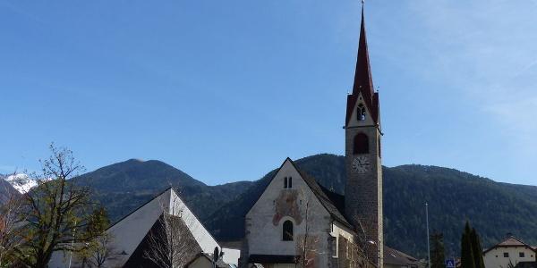 Die Kirche in St. Georgen - daneben der Neubau des Gotteshauses.