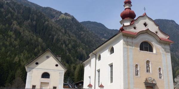 Die Pfarrkirche von Uttenheim.