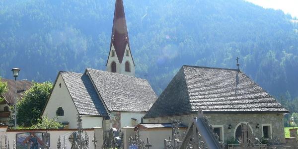 Die Kirche mit dem Friedhof in Antholz-Niedertal.