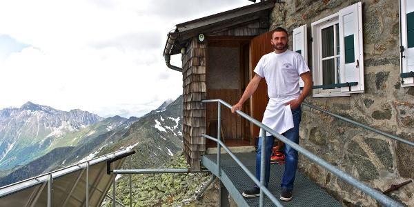 Helmut Holzer begrüßt seine Gäste persönlich auf der Landshuter Europahütte