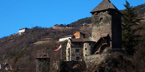 Die wuchtige Burg Branzoll über den Dächern von Klausen