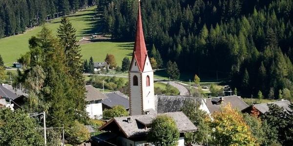 Die Pfarrkirche St. Nikolaus und der umliegende Friedhof stehen mitten im Ort.