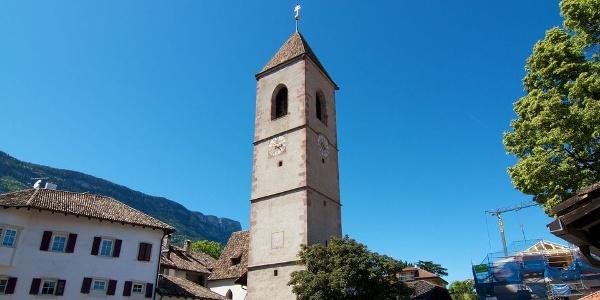 Die alte Pfarrkirche St. Michael liegt am oberen Dorfrand von St. Michael-Eppan.