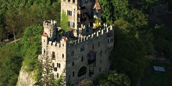Die Brunnenburg unweit von Schloss Tirol.