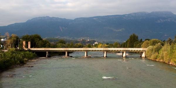 Die Rombrücke verbindet die eigentliche Stadt mit der in der faschistischen Ära entstandenen Industriezone.