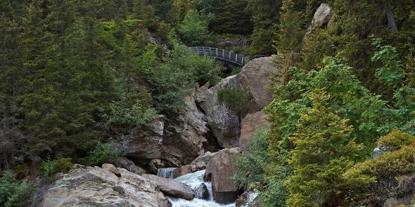 Durch die Burkhardklamm führt eine spannende Wanderung, in der Schlucht rauscht der Ferner Bach.